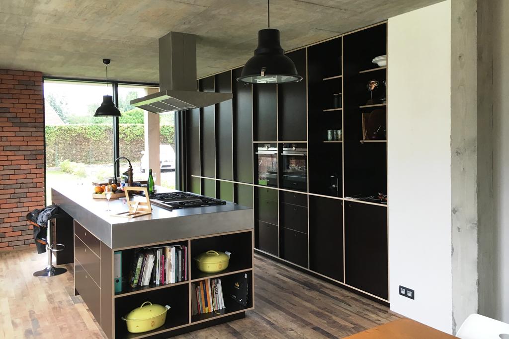 Strakke keuken in betonplex en inox