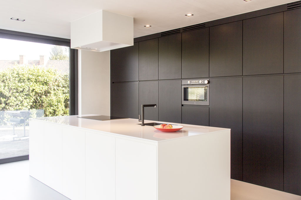 Modern Zwart Keuken : Strakke zwart wit keuken