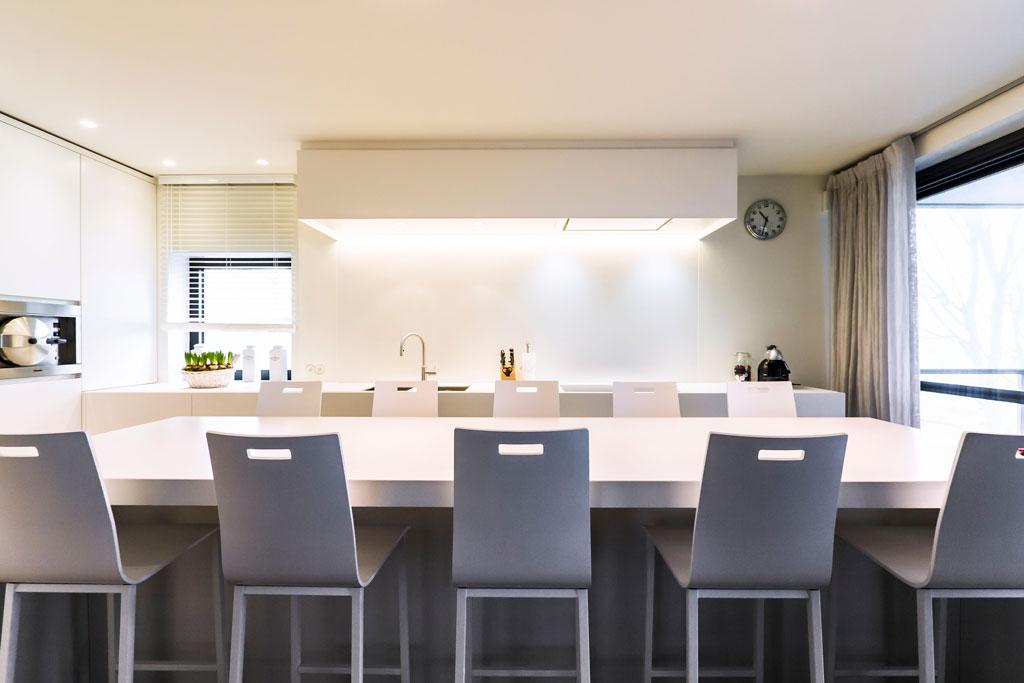 Moderne Open Keukens : Moderne keuken met verhoogde eettafel
